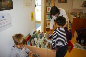 Martine nous aide à choisir nos livres.
